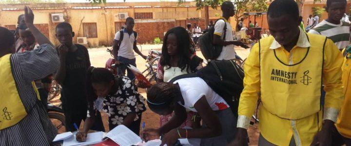 Amnesty Burkina sensibilise les jeunes scolaires sur les grossesses non désirées.